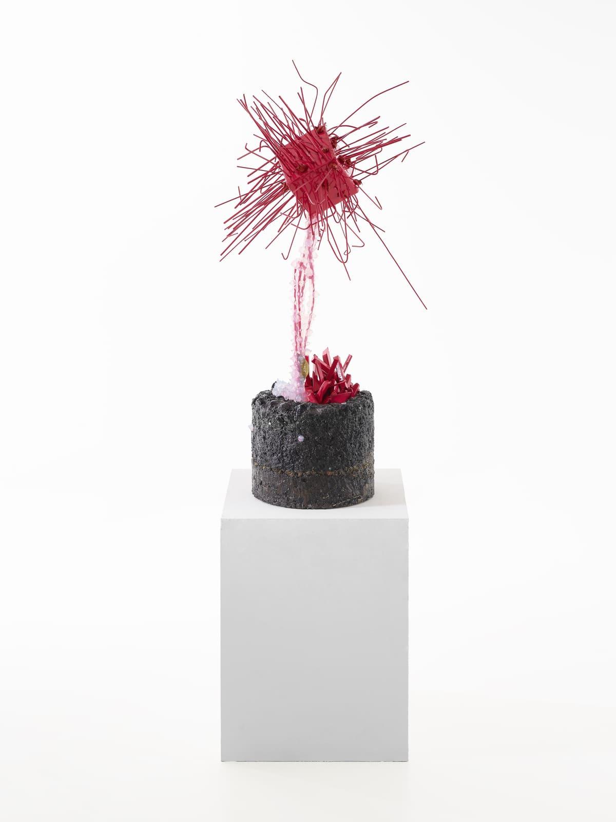Vue entière de la sculpture contemporaine Carbon Rock Globul Line