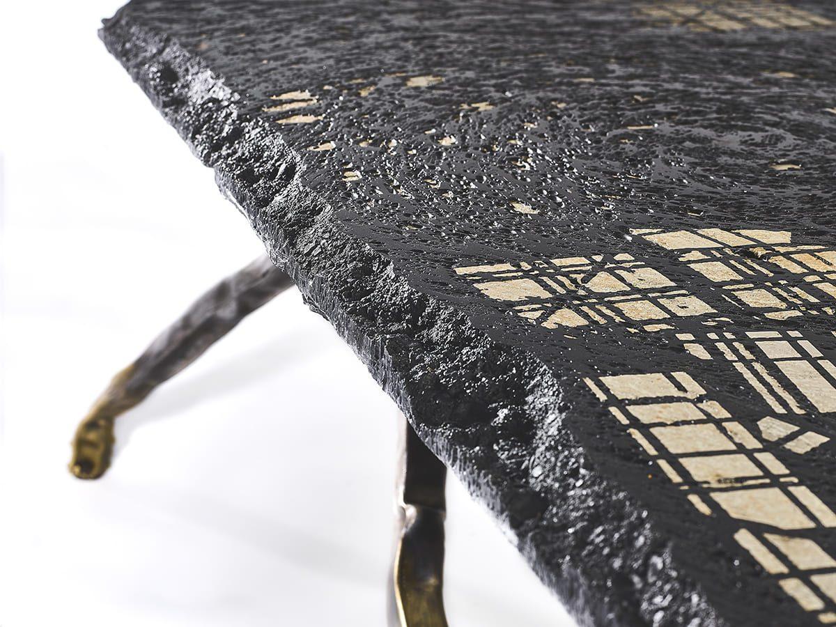 Présentation d'une détail du plateau et de la bordure de la sculpture fonctionnelle réalisée par l'artiste Fred Naud, Carbon Rock Coffee Table