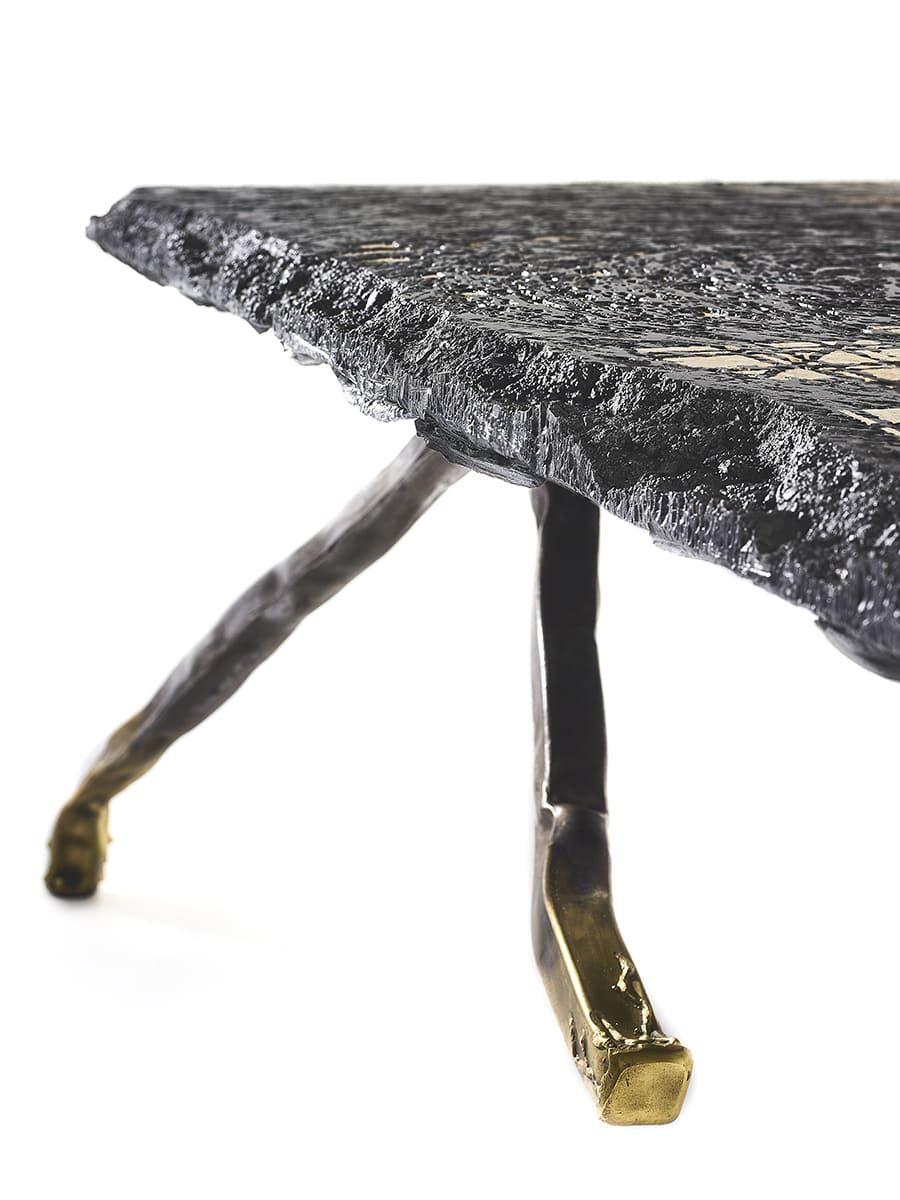 Présentation d'un angle de l'oeuvre fonctionnelle de Frédéric Naud, Carbon Rock Coffee Table