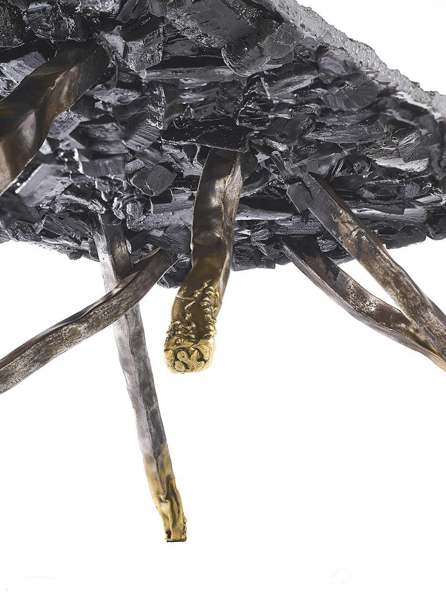 Présentation du dessous de la sculpture fonctionnelle de l'artiste sculpteur contemporain Fred Naud, Carbon Rock Coffee Table