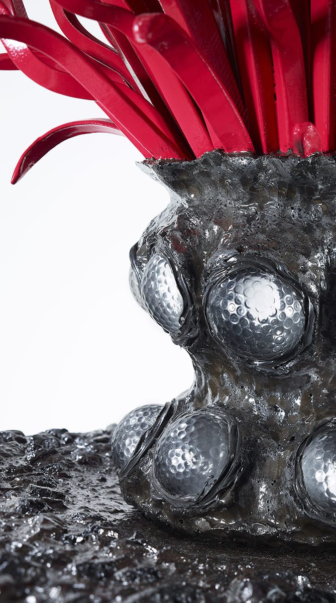 Présentation d'un détail de la partie basse, de l'oeuvre d'art Carbon Rock Globul Golf du sculpteur français Fred Naud