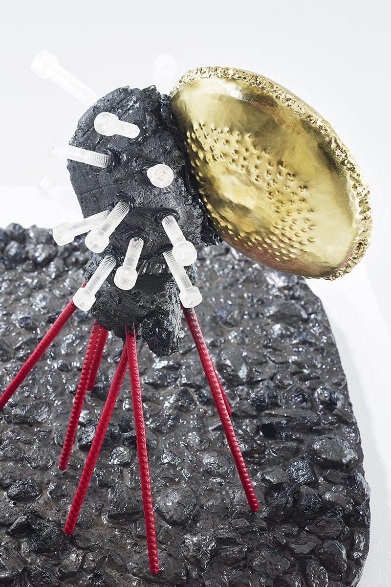 Découvrez la vue du dessus de la sculpture contemporaine de Frédéric Naud, Carbon Rock Globul Screws