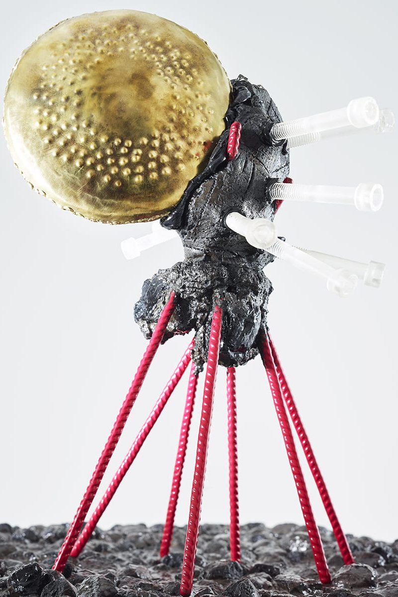 Découvrez en détaille la sculpture Carbon Rock Globul Screws, avec ses excroissance et son corps noir profond