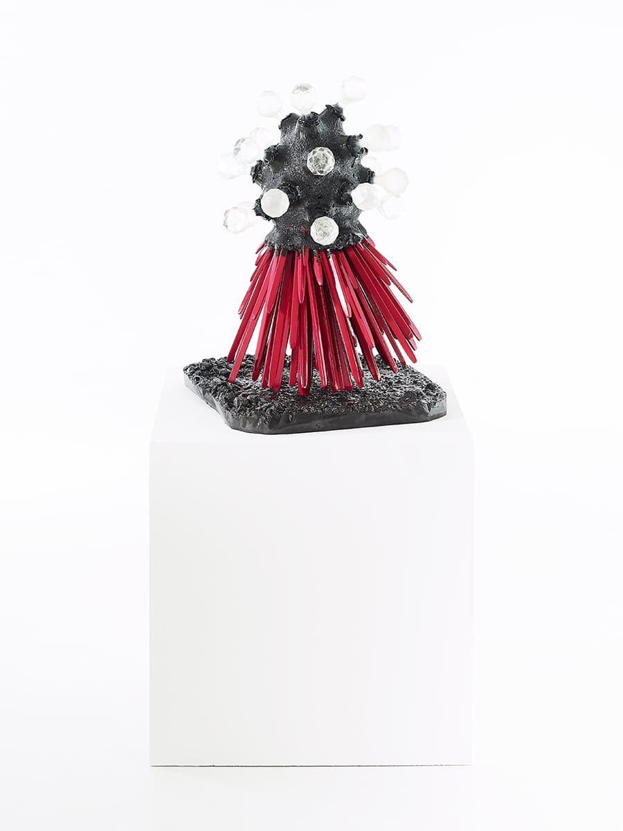 Présentation sur plot de la sculpture contemporaine Carbon Rock Globul Wine, de l'artiste Frédéric Naud