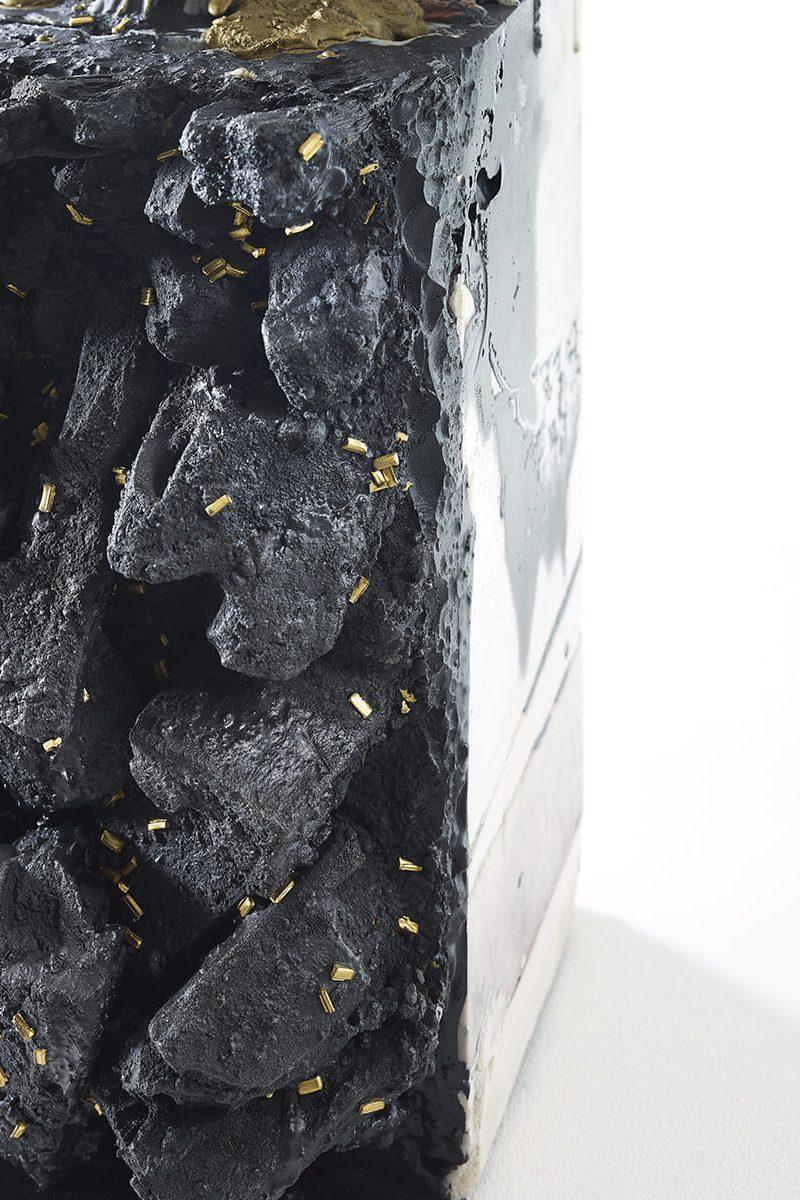 Présentation d'un détail du pied de l'oeuvre fonctionnelle Carbon Rock Pad
