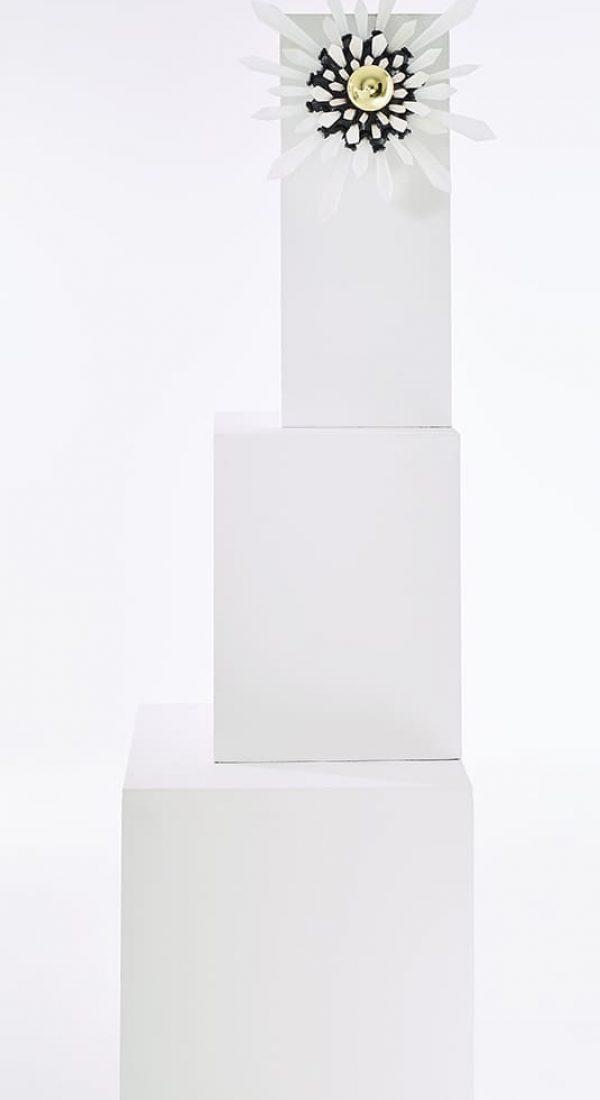 Présentation de face et entière de la sculpture lumineuse Carbon Rock Wall Light