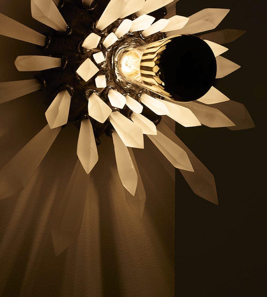 Présentation dans le noir et allumée de la sculpture lumineuse Carbon Rock Wall Light