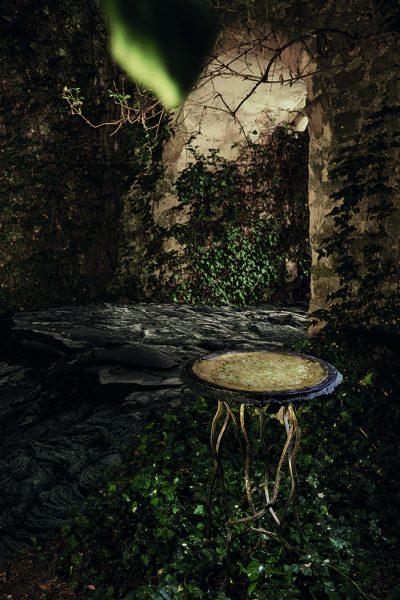 Présentation de la sculpture contemporaine Carbon Rock Side Table de l'artiste Français Fred Naud, dans un cadre naturel