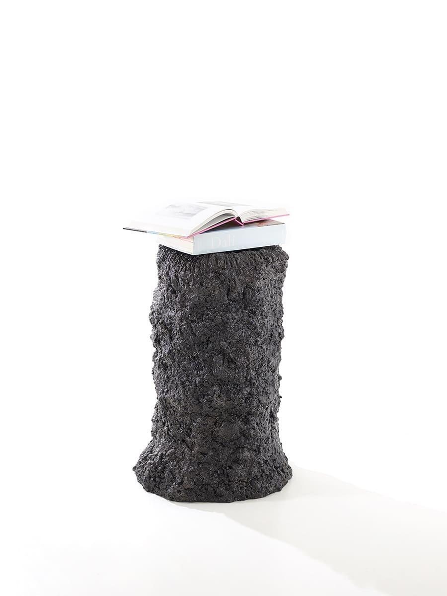 Présentation plain pied de la sculpture Carbon Rock Stromatolite, avec posés sur elle des livres