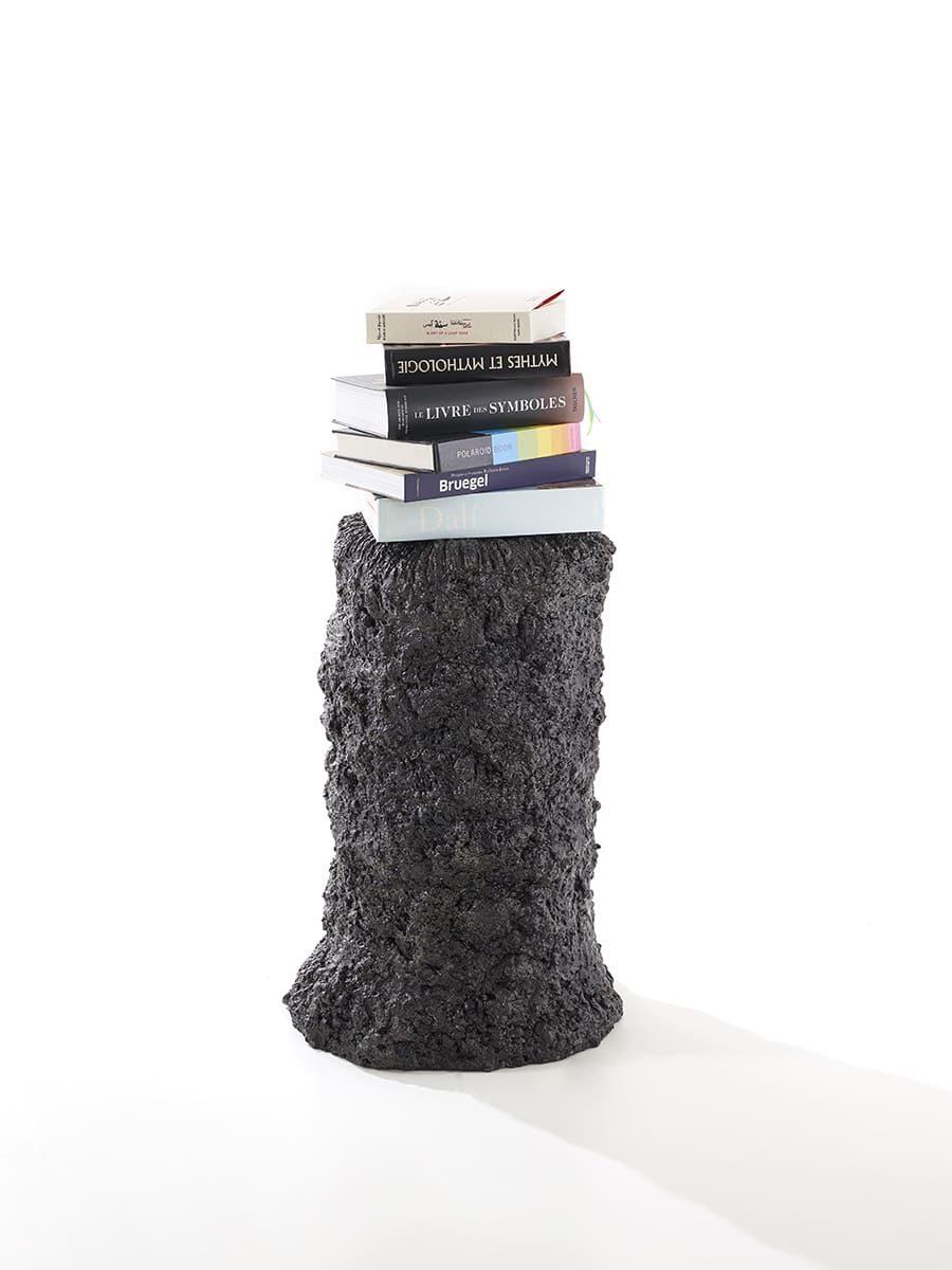 Présentation plain pied de la sculpture Carbon Rock Stromatolite, avec posée sur elle une pile de livres