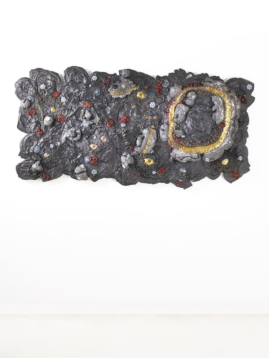 Vue intégrale de la sculpture murale Carbon Rock Wall Life, de l'artiste contemporain Fred Naud