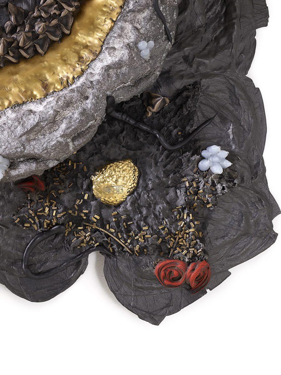 Présentation de l'angle bas droite, de la sculpture murale Carbon Rock Wall Life